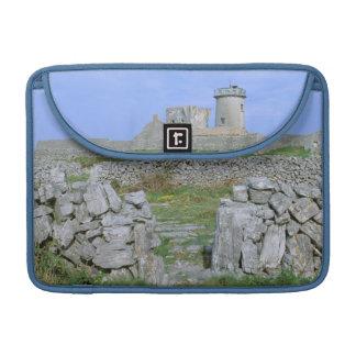 アイルランド、InishmoreのAranの島、Aengusの焦げ茶色の城砦 MacBook Proスリーブ