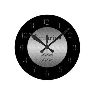 アクエリアスの(占星術の)十二宮図のどによってブラシをかけられる銀か黒 ラウンド壁時計