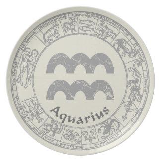 アクエリアスの(占星術の)十二宮図の印のヴィンテージ ディナー皿