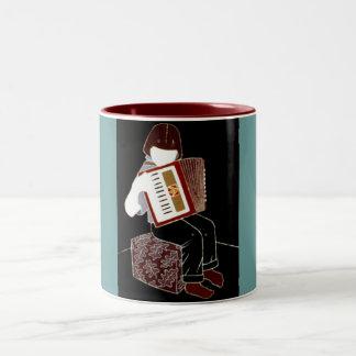アコーディオンを持つ子供 ツートーンマグカップ