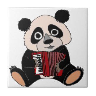 アコーディオンを遊んでいるおもしろいなパンダくま タイル