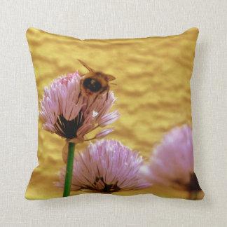 アサツキの花を持つ蜂 クッション