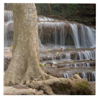 アジアのタイ間のボーダーの滝 タイル