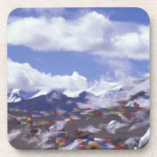 アジアの中国、チベットのTanglaのパス。 祈りの言葉の旗、 コースター