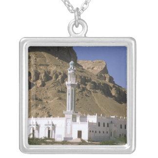 アジア、イエメン、塔里木。 白いモスク シルバープレートネックレス