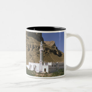 アジア、イエメン、塔里木。 白いモスク ツートーンマグカップ