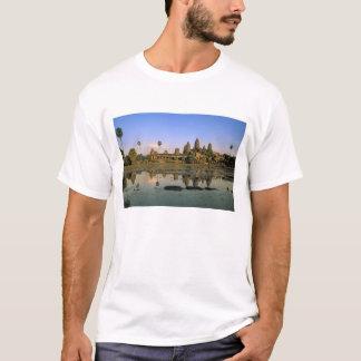 アジア、カンボジア、シェムリアップ。 アンコール・ワット。 2 Tシャツ