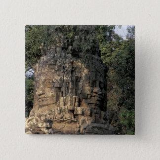 アジア、カンボジア、シェムリアップ。 巨大な石造りの彫刻 5.1CM 正方形バッジ