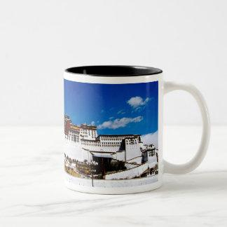 アジア、チベット、ラサ、ポタラ宮。 UNECSO ツートーンマグカップ