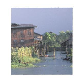 アジア、ミャンマーのInle湖。 浮遊村 ノートパッド