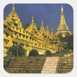 アジア、ミャンマー、ヤンゴン。 Shwedagonの塔の 正方形シールステッカー