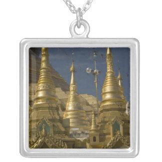 アジア、ミャンマー、ヤンゴン。 Shwedagonの金stupa シルバープレートネックレス
