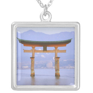アジア、日本、広島。 Mivaiima。 Toriiのゲート シルバープレートネックレス