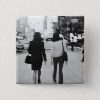 アジア、日本、東京。 Ginza.の若い女性 5.1cm 正方形バッジ