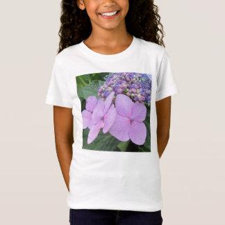 アジサイの紫色の咲く花 Tシャツ