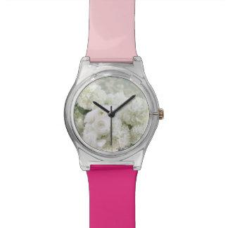 アジサイの5月白いranunculusおよび28日の腕時計 腕時計