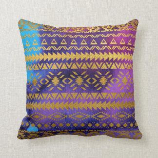 アステカな種族のピンク、紫色、水及び金ゴールドの水彩画 クッション