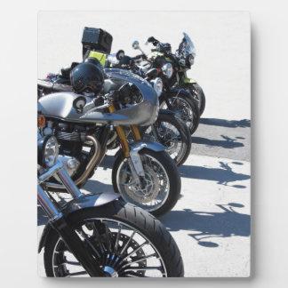 アスファルトの列で駐車されるオートバイ フォトプラーク
