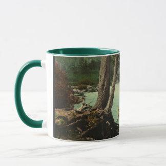 アディロンダック山地の流れでカヌーをこぐこと マグカップ
