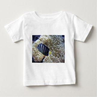 アネモネを持つ魚 ベビーTシャツ