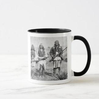 アパッシュの彼の戦士のGeronimoそして3、1886年(b マグカップ