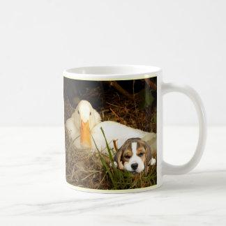 アヒルのマグを持つビーグル犬の子犬 コーヒーマグカップ