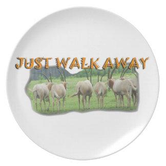 アフリカのガゼルの遠くになちょうど歩行 プレート
