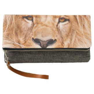 アフリカのライオンの野性生物の動物のクローズアップのポートレート クラッチバッグ