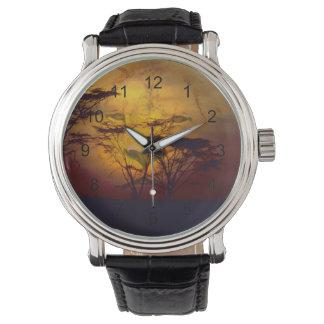 アフリカの日没に見ているライオン 腕時計