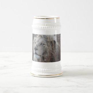 アフリカの白いライオンの休息 ビールジョッキ
