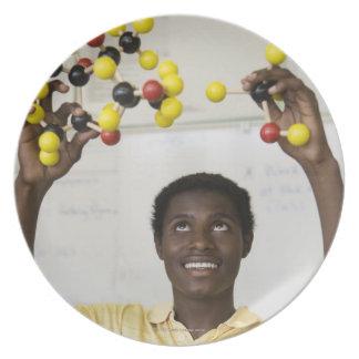 アフリカの10代の少年の観覧の分子モデル プレート