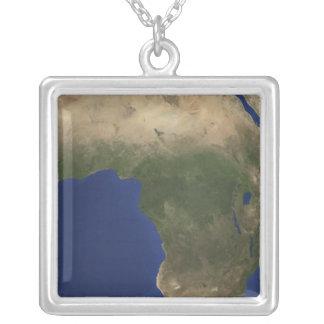アフリカ上のlandcoverを示す地球 シルバープレートネックレス