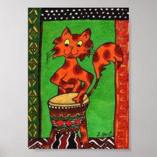アフリカ人のDjembeのドラム小型民芸を遊んでいる猫 ポスター