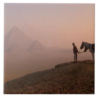 アフリカ、エジプト、カイロ、ギーザ、ギーザのピラミッドの タイル