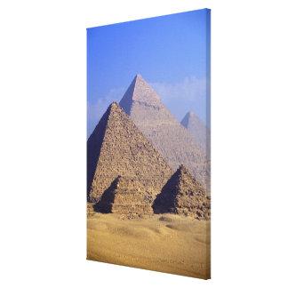 アフリカ、エジプト、カイロ、ギーザ。 素晴らしいピラミッド キャンバスプリント