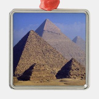 アフリカ、エジプト、カイロ、ギーザ。 素晴らしいピラミッド メタルオーナメント