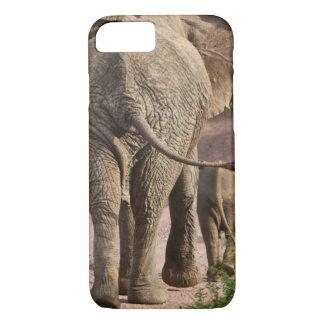アフリカ。 タンザニア。 象の母そして子牛の iPhone 8/7ケース