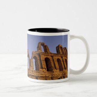 アフリカ、チュニジア、El Jem。 ローマの2の台なし ツートーンマグカップ