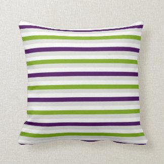 アボカドの緑及びPalatinateの紫色の抽象芸術は縞で飾ります クッション