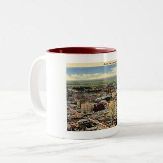 アマリロ、テキサス州、空中写真、1950年のヴィンテージ ツートーンマグカップ