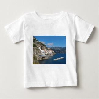アマルフィの海岸のAtraniの遠い眺め ベビーTシャツ