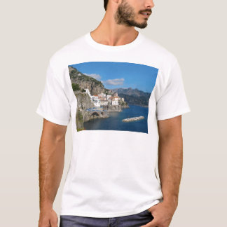 アマルフィの海岸のAtraniの遠い眺め Tシャツ