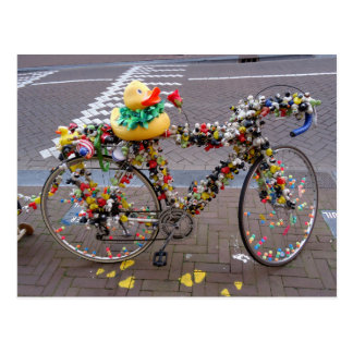 アムステルダムのクールでおもしろいで黄色いアヒルの自転車 ポストカード