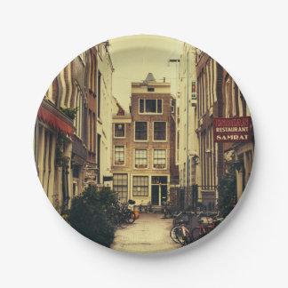 アムステルダム、レトロのヴィンテージ色の居心地のよい通り ペーパープレート