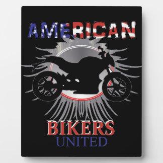 アメリカのバイクもしくは自転車に乗る人の統一されたなモーターバイクのグラフィック フォトプラーク