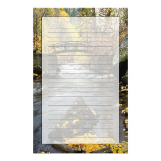 アメリカのフォーク渓谷を通る川のランニング 便箋