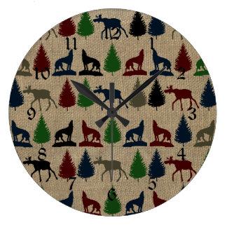 アメリカヘラジカのオオカミの松の木の素朴なバーラップのプリントのアウトドア ラージ壁時計