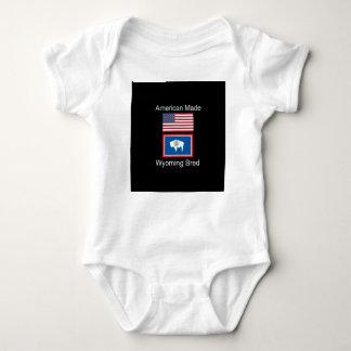 """""""アメリカ生まれ。ワイオミングは""""旗および愛国心を繁殖させました ベビーボディスーツ"""