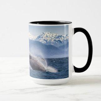 アラスカのザトウクジラを破ること マグカップ