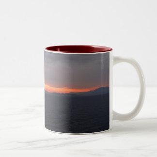 アラスカの巡航の日没 ツートーンマグカップ
